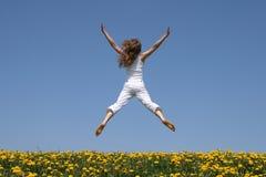 latająca zabawna dziewczyna wskakuje Fotografia Stock