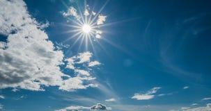 Lataj?ce cumulus chmury, pi?kny chmura czasu up?yw zbiory