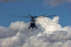 Latający helikopter w niebie Fotografia Stock