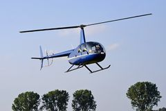latający helikoptera niebieskie niebo zdjęcie stock