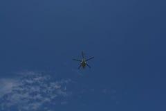 latający helikoptera niebieskie niebo Fotografia Stock