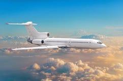 Latający samolot nad chmura horyzontu niebo z jaskrawym zmierzchem barwi Obrazy Stock