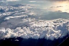Latający samolot przeciw dramatycznemu niebieskiemu niebu Zdjęcia Stock