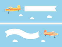 Latający rocznika samolot z reklamowym sztandarem Obrazy Stock