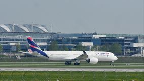 Latam Aerobus taxiing na Monachium lotnisku, MUC, wiosna