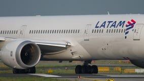 LATAM Boeing 787 που μετακινείται με ταξί απόθεμα βίντεο