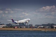 LATAM Boeing Dreamliner na start obraz stock