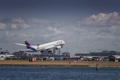 LATAM Boeing Dreamliner sur le décollage Image stock