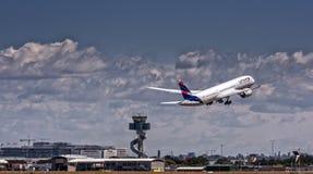 LATAM Boeing Dreamliner sur le décollage image libre de droits
