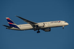 Latam-Fluglinien Boeing 787 Dreamliner auf Endanflug an Sydney Airport am Dienstag, den 23. Mai 2017 Stockfotografie