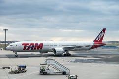 LATAM-Fluglinien Brasilien Boeing 777-32WER an Frankfurt-Flughafen g lizenzfreie stockfotos