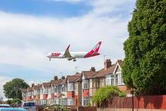 Latam flygbolag Boeing 767 på inställning till den Heathrow flygplatsen Arkivfoto