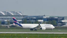 Latam flygbuss som åker taxi på den Munich flygplatsen, MUC, vår