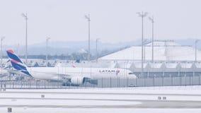 Latam plant få klart att ta av, Munich flygplats, Tyskland stock video