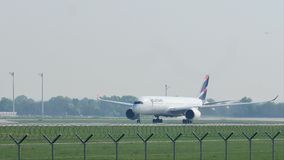 Latamvliegtuig die van de Luchthaven van München, close-up van start gaan
