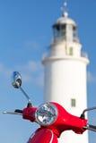 latarni morskiej blisko parkująca czerwona hulajnoga Zdjęcia Stock