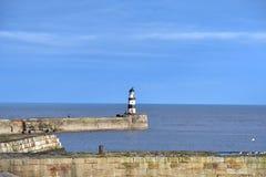 Latarni morskiej plaża na fala widzii Obrazy Royalty Free