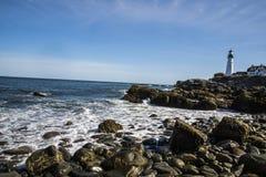 Latarni morskiej pozycja w wybrzeżu zdjęcie stock