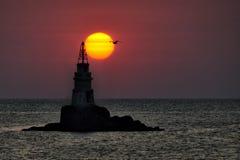 Latarnia morska blisko Ahtopol, Bułgaria w ciemno ptaka latający ocean otwarte mewa skrzydła fotografia royalty free