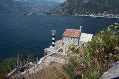 Latarnia morska i średniowieczny kościół, zatoka Kotor, Montenegro Zdjęcia Stock