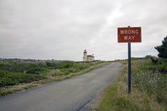 Latarnia morska i drogowy znak Zdjęcia Royalty Free