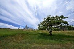 Latarnia morska i drzewo Zdjęcia Royalty Free