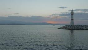 Latarnia morska i falochron z łodzi rybackiej chodzeniem zdjęcie wideo