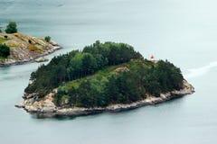Latarnia morska na małej skalistej wyspie w Lysefjord, Norwegia Obrazy Stock