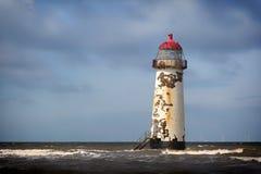 Latarnia morska na niedalekiej plaży i Talacre Wyrzucać na brzeg Fotografia Royalty Free