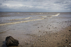 Latarnia morska na niedalekiej plaży i Talacre Wyrzucać na brzeg Zdjęcie Royalty Free