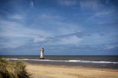 Latarnia morska na niedalekiej plaży i Talacre Wyrzucać na brzeg Zdjęcia Stock