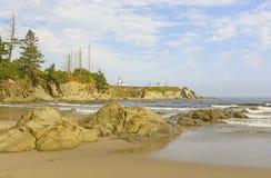 Latarnia morska na Niewygładzonej Nabrzeżnej plaży zdjęcie stock