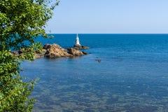Latarnia morska na skałach Zdjęcia Royalty Free