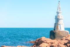 Latarnia morska na skałach Zdjęcia Stock