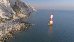 Latarnia morska obok białej falezy zdjęcie wideo