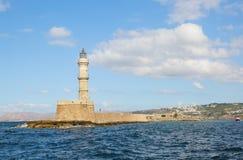 Latarnia morska Piękny widok skalisty wybrzeże z antyczną architekturą Port morski turystyczny grodzki Chania, Creete wyspa, Grec obrazy stock