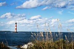 Latarnia morska plażą zdjęcie royalty free