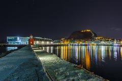 Latarnia morska przy portem w Alesund nocą Obraz Stock