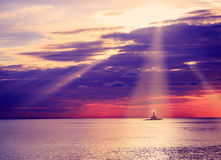 Latarnia morska przy zmierzchem tylnego tła pięknego błękitny cloudscape złoty oceanu piaska morze Fotografia Royalty Free