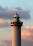 Latarnia morska przylądek Zampa, Yomitan wioska, Okinawa Japonia przy zmierzchem Obraz Stock