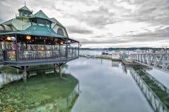 Latarnia morska pub na chmurnym dniu i bistra Zdjęcia Royalty Free