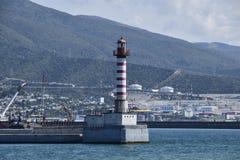 Latarnia morska w biednym mieście Latarnia morska w Tsemess zatoce blisko Novorossiysk Zdjęcia Royalty Free