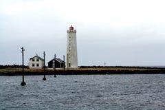 Latarnia morska w chmurnym dniu i spokoju zdjęcia stock