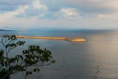Latarnia morska w oceanie z falowymi łamaczami podczas zmierzchu przy Yongmeori wybrzeżem, Ro, Jeju wyspa, Południowy Korea Obraz Stock