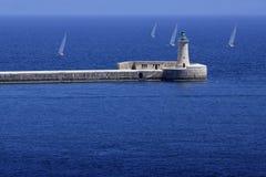 Latarnia morska w przodzie Piękny dzień dla regatta obrazy stock