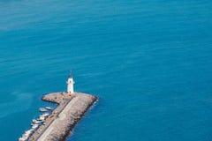 Latarnia morska w schronieniu Alanya, Turcja przeciw błękitnemu morzu zdjęcia stock