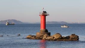 Latarnia morska z łodzią rybacką zbiory wideo