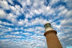 Latarnia morska z niebieskim niebem i biel obłocznym backgroun Obrazy Stock