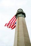 Latarnia morska z wielką flaga amerykańską Obrazy Royalty Free