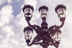 Latarnia uliczna i niebieskie niebo zdjęcia stock